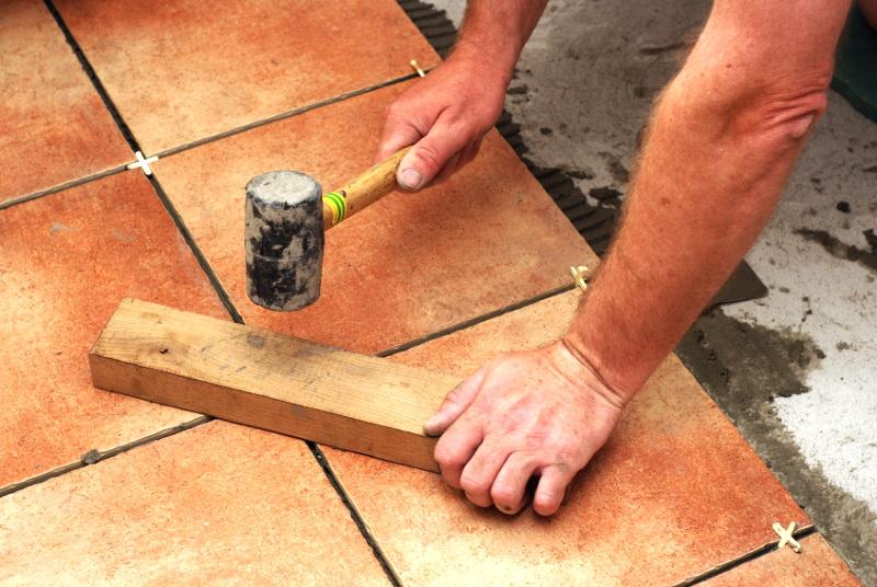 Как положить плитку на деревянный пол в ванной