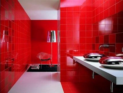 Ванная в красном свете