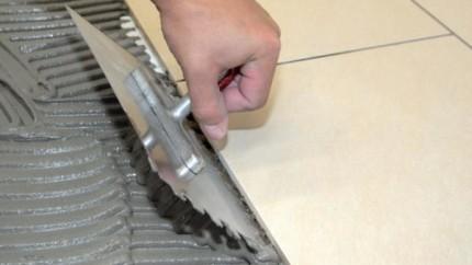 Нанесение плиточного клея зубчатым шпателем