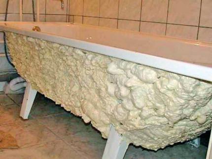 Чугунная ванна с монтажной пеной