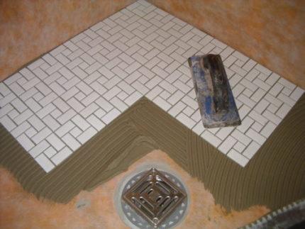 Укладка плитки под трап в душе