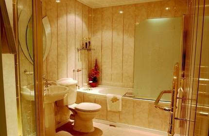 Красивая ванная с пластиковым потолком