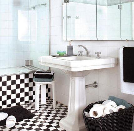 Белые стены ванной комнаты