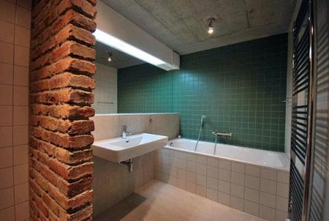 Фрагмент кирпичной перегородки в ванной комнате