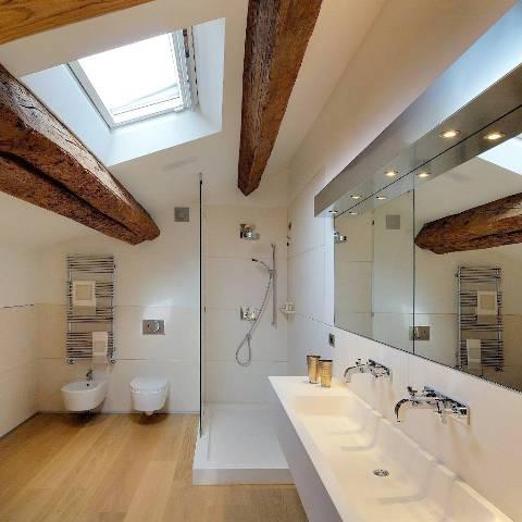 Старые деревянные балки в воздушном интерьере ванной комнаты