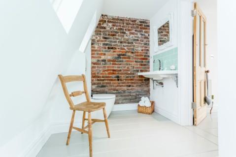 Деревянный стул и такая же дверь в лофт-ванной