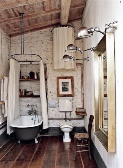 Деревянные потолки, полочки, полы, мебель в ванной комнате