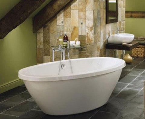 Под массивными балками белоснежная ванна