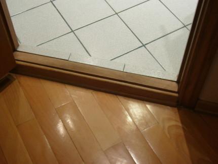 Монтаж дверного порога в ванную комнату
