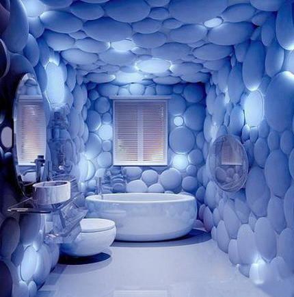 Стены ванной, декорированные самоклеящейся пленкой