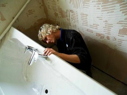 Установка стальной ванны на каркас