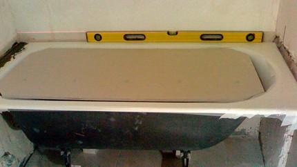 Выравнивание горизонтальности плоскости бортов ванны