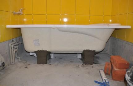 Монтаж кирпичного основания для акриловой ванны