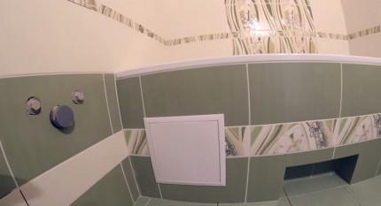 Вся изнаночная сторона чугунной ванны спрятана за фальш-панелью