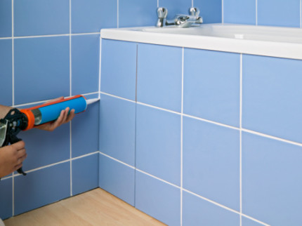Контрастная затирка швов в ванной