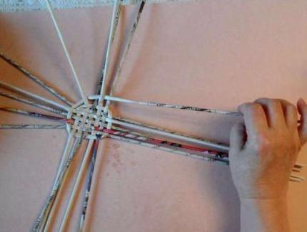 korzina_dlya_belja_iz_gazet_3-430x326 Корзина для белья своими руками: как сделать корзину самому