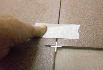 Фиксация скотча на плитке