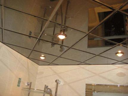 Черный зеркальный потолок в ванной