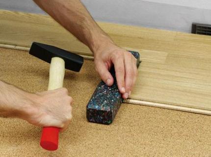 Укладка ламелей напольного покрытия