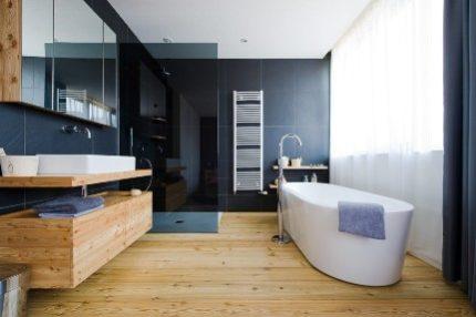 Деревянные полы и элементы декора в ванной комнате