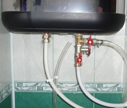 Подсоединение прозрачной трубки к дренажному отверстию