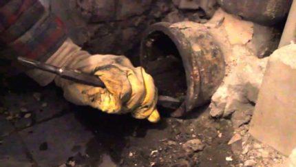 Очищение старого канализационного раструба