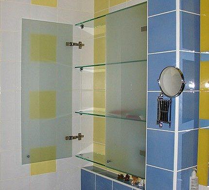 Визуально невесомый стеклянный шкаф