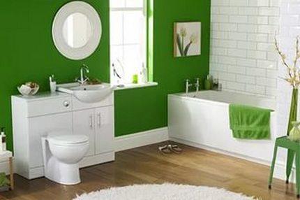 Зеленая ванная комната с белыми аксессуарами