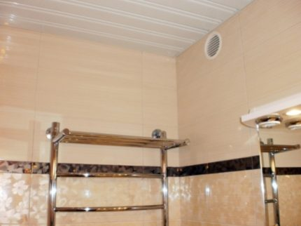Вентиляционное окно в стене ванной комнаты